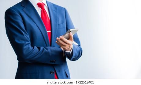 Ein Geschäftsmann mit Smartphone