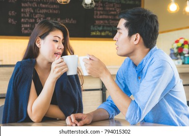 Business man and Business woman Relax meeting in coffee shop
