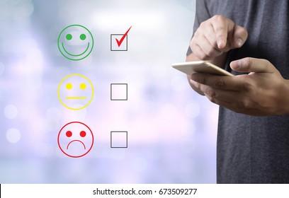 homme d'affaires et femme choisissent heureux lors de l'évaluation de la satisfaction? Et bonne humeur souriante
