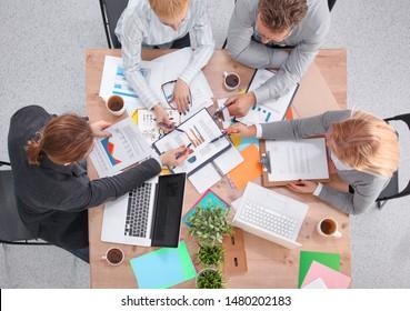 Geschäftstreffen - Manager diskutiert mit seinen Kollegen