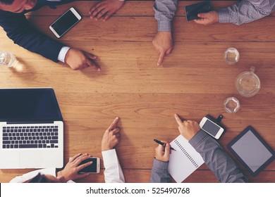 Geschäftstreffen auf dem Holztisch.Arbeitsbereich. Zeig auf deine Nachricht.