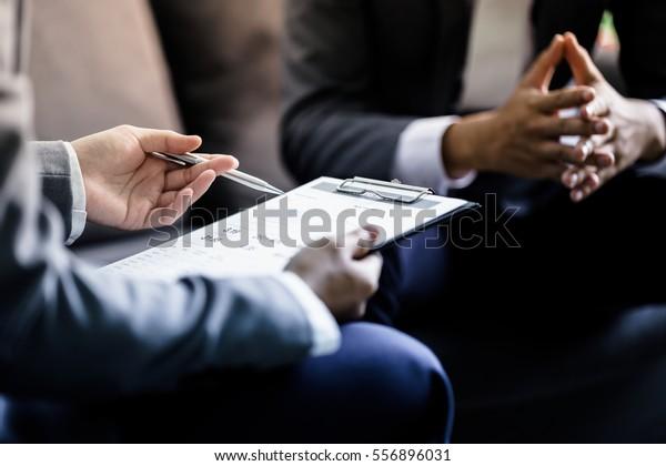 Geschäftspartner, die Dokumente und Ideen erörtern