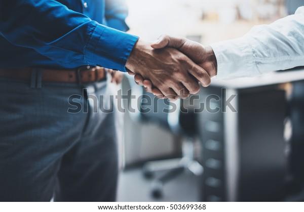 Handshake-Konzept der Geschäftspartnerschaft.Bild von zwei Geschäftsleuten: Handshaking Prozess.Erfolgreicher Abschluss nach großartigem Meeting.Horizontaler, unscharfer Hintergrund