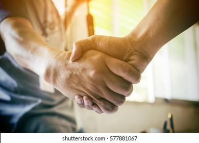 Business Partnership Meeting Konzept. Handshake für Bildunternehmer. Erfolgreiche Geschäftsleute, die nach gutem Geschäft Handschütteln machen. Horizontaler, unscharfer Hintergrund