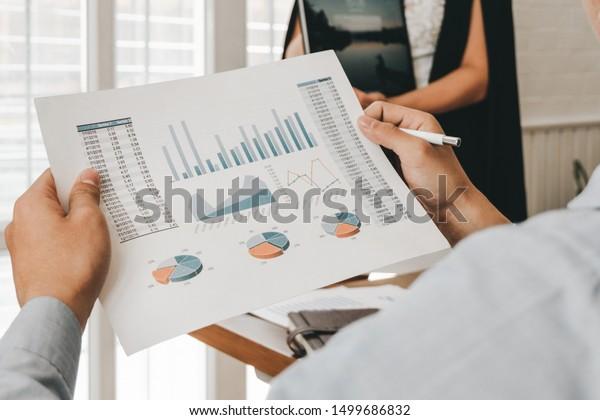 Geschäftsleute analysieren Investment Graph Treffen Brainstorming und Diskussion Plan im Sitzungssaal, Investitionskonzept