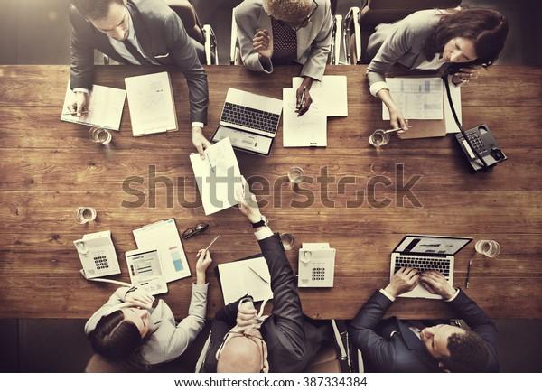 Geschäftsleute, die das Finanzkonzept der Statistik analysieren