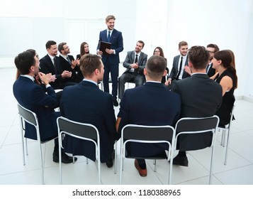business people applauding the coach after the lecture .