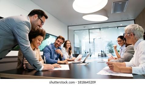Conférence et réunion de professionnels dans un bureau moderne