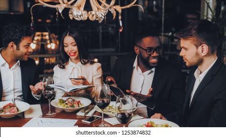 Business People Dinner Meeting Restaurant Concept. Businessmans Having Meeting In Indoor Restaurant. Group Business People Geting Order in Restaurant. Corporate, Collaboration Concept. Teamwork.