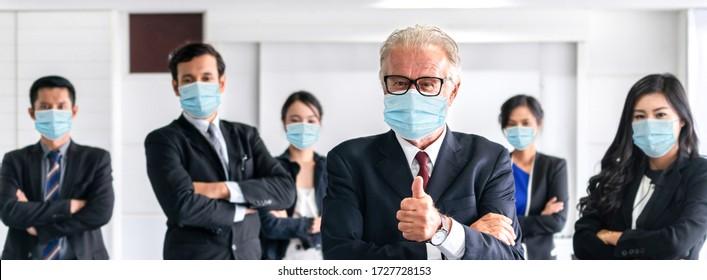 Vertraute Geschäftsleute mit Gesichtsmaske schützen vor Coronavirus oder COVID-19. Konzept der Hilfe, Unterstützung und Zusammenarbeit gemeinsam, um die Epidemie von Coronavirus oder COVID-19 zu überwinden, um die Wirtschaft wieder zu öffnen.
