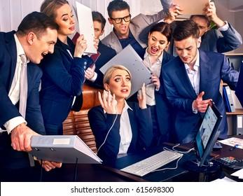 Büro für Geschäftsleute. Teammitglieder sind unglücklich mit ihrem Anführer. Praktischer Manager erfüllt seine Aufgaben nicht. Stress ist überfüllt.