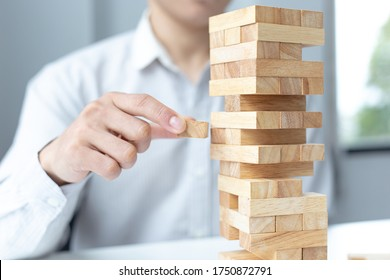 Business people play wooden games, divide the average investment value of a business and jointly manage risks, Alternative risk plan and strategy in business.