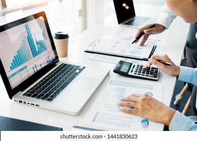 Geschäftsleute Gesprächsgespräche mit Mitarbeitern bei der Planung von Finanzdokumentdaten und -diagrammen in Meeting und erfolgreichem Teamwork-Konzept