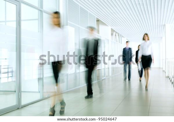 Geschäftsleute, die im Bürokorridor spazieren