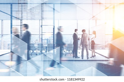 Pessoas de negócios andando e conversando em um escritório moderno da empresa. Padrão geométrico e arranha-céus em primeiro plano. Imagem tonificada dupla exposição simulada borrada