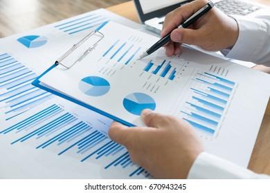 Geschäftsleute, die Finanzstatistiken der Tabellenkalkulationsdaten analysieren