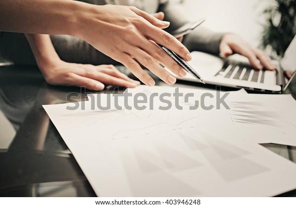 Geschäftssituation, Teamarbeit, Brainstorming.Foto-Account-Manager, die mit einem neuen Geschäftsprojekt arbeiten.Mit Laptop, Diskussionsstart, Kollegialkollege.Horizontal.Blurred,Filmeffekt