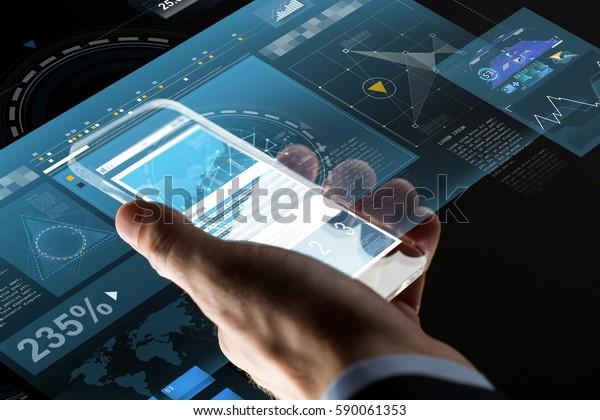 business, statistieken, mensen en toekomstige technologie-concept - close-up van zakenman hand met grafieken op transparant smartphonescherm en virtuele projecties over zwarte achtergrond