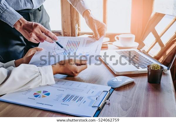 Equipo de negocios analizando gráficos y gráficos de ingresos con computadora portátil moderna. Cerrar.Análisis de negocio y concepto de estrategia.