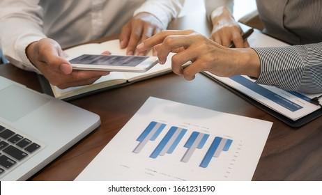 Intercambio de ideas del equipo de negocios y discusión con datos financieros y gráficos de informes. Concepto de trabajo de reunión de equipo.