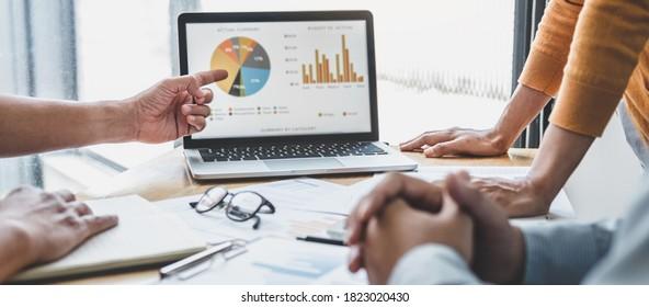 Die Zusammenarbeit der Geschäftsteams über die Arbeitsanalyse mit Finanzdaten und Marketing-Wachstumsbericht Diagramm in Team, Präsentation und Brainstorming zu Strategie-Planung gewinnbringend von Unternehmen.