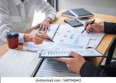 Business-Team-Berater arbeiten mit neuen Start-up-Projekt-Plan und Diskussion Analyse für Finanzstrategie Statistiken mit Computer, Ergebnisse der Zusammenarbeit ihre erfolgreiche Teamarbeit.