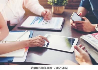 Das Geschäftsteam diskutiert Marketingpläne oder strategische Pläne im Sitzungszimmer.