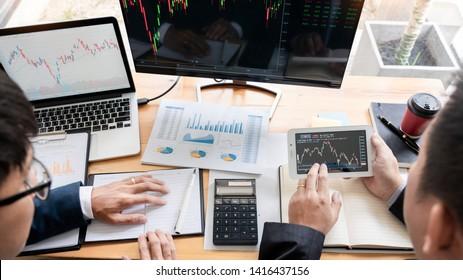 Business Team Investment Entrepreneur Trading diskutiert und analysiert Daten über die Börsenkarts und Graphen Verhandlungen und Forschungshaushalt, Teamwork-Händler
