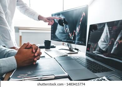 Business-Team Investment Unternehmer Handel Diskussion und Analyse der Finanzmarkt-Börsenhandel, Stockdiagramm-Konzept