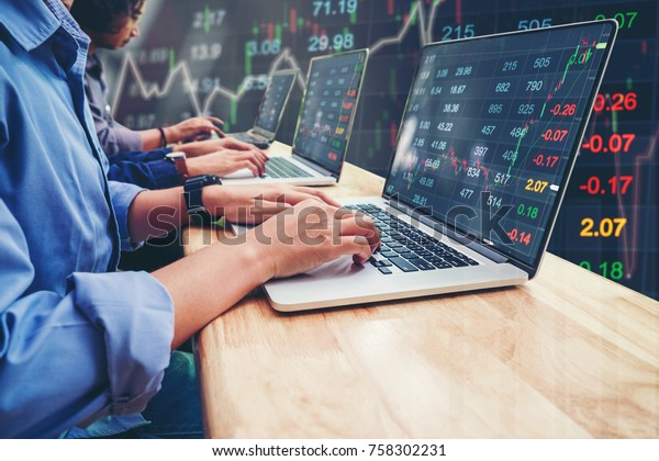 Equipo de negocios Inversión de emprendedores que trabajan en el mercado de portátiles Información sobre el mercado de valores y gráfico de operaciones