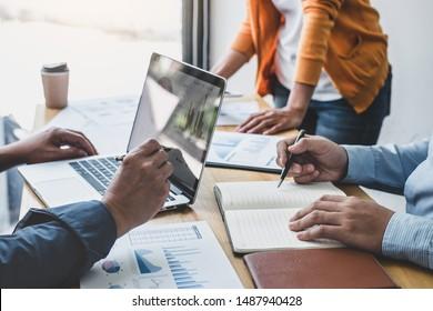 Business-Team-Treffen zu Konferenz, Zusammenarbeit diskutieren Arbeitsanalyse mit Finanzdaten und Marketing-Geschäftsstrategie Projekt, Präsentation und Brainstorming, um Gewinn aus dem Unternehmen.