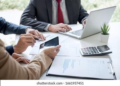 Geschäftsteam-Sitzung anwesend, Sekretärin präsentiert neue Idee und Berichterstattung an professionelle Anleger mit neuen Finanzprojektplan während der Diskussion auf der Sitzung.