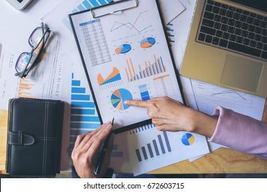 Encuentro del equipo de negocios con el nuevo proyecto de inicio, discusión y análisis de datos de los gráficos y gráficos. Calculadora digital de tableta, ordenador portátil, finanzas empresariales y concepto contable.