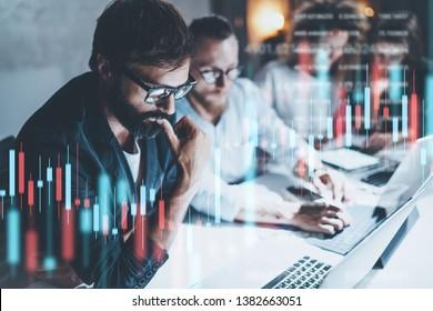 Business-Team arbeitet bei Nachtbüro zusammen.Technische Preisdiagramme und Anzeiger, rote und grüne Kerzenschreiberkarte und Stock-Trading-Computer-Hintergrund. Doppelte Exposition.