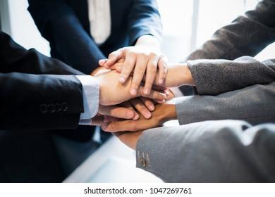 Business-Team-Gruppe, die ihre Hände zusammenlegen, Business-Konzept, Teamwork-Konzept