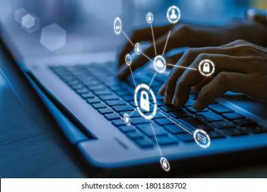 Business-, Technologie-, Internet- und Netzwerkkonzept. Junge Geschäftsfrau, die an seinem Laptop im Büro arbeitet, wählen Sie das Symbol Sicherheit auf der virtuellen Anzeige.Blau Tonkonzept