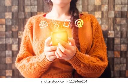 Geschäftsfrau mit braunen Haaren, die Smartphone mit Icon Handy, Post, Telefon und Adresse. Kundenservice-Callcenter kontaktieren Sie uns Konzept