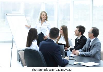 mujer de negocios que realiza una presentación para colegas de negocios