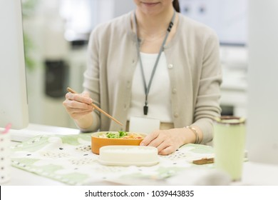 Business woman eating lunch