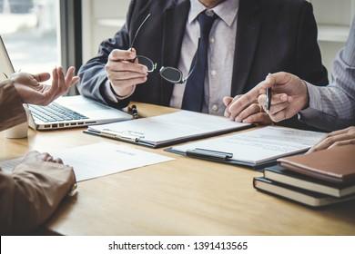 Geschäftsfrau erklärt sein Profil zu zwei Auswahlkomitees während der Arbeit Interview sitzen, Interview die Stelle und Einstellung.