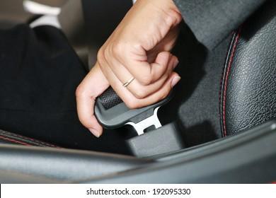 Geschäftsfrau befestigen Sie einen Sicherheitsgurt im Auto.