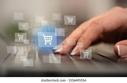 Geschäftsfrau Hand-Tippen auf der Tastatur mit Online-Shopping-Konzept