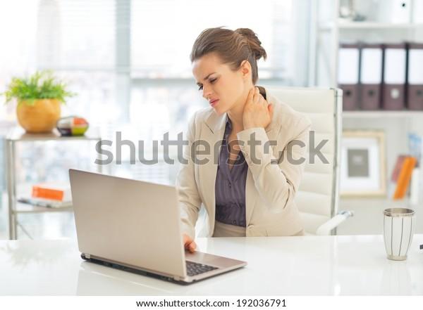 Donna d'affari con mal di collo