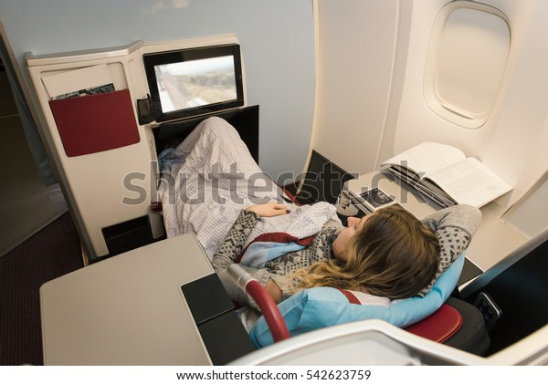 Une femme d'affaires qui regarde des films et se détendre pendant le vol en avion en première classe. Voyage confortable et luxueux
