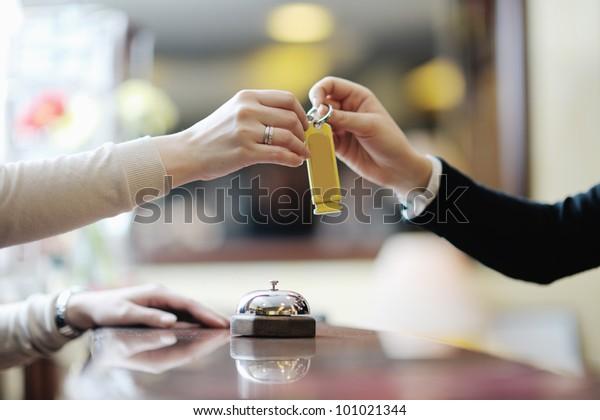mujer de negocios en la recepción de un hotel registrando