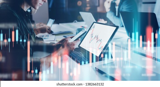 Geschäftsfrau sitzt vor Laptop-Computer mit finanziellen Graphen und Statistiken auf Monitor. Doppelte Exposition. breit