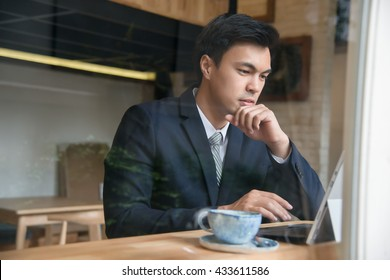Business woman with tablet computer at coffee shop