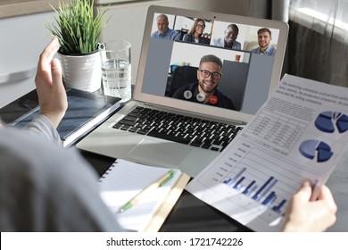 Geschäftsfrau spricht mit ihren Kollegen auf einer Videokonferenz. Multiethnisches Geschäftsteam, das mit Laptop von zu Hause aus arbeitet.