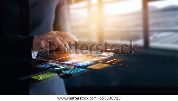 Geschäftsfrau mit Online-Shopping und Icon-Verbindung zum Kundennetz auf virtuellem Bildschirm, m-Banking und Mehrkanalsystem