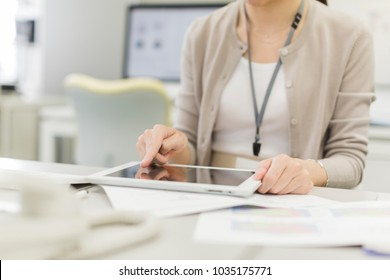 Business woman who operates tablet PC